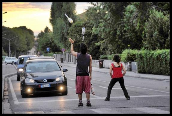 Torino Giocolieri di strada: un piacevole diversivo nel traffico?