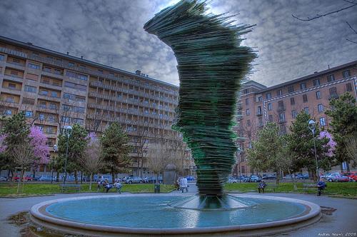 """La """"fontana pendente"""" di Piazza Benefica Torino"""