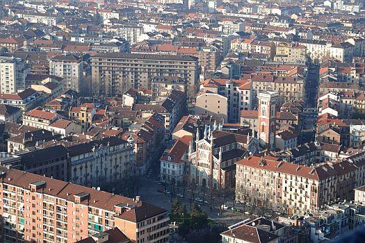"""Piazza Benefica e la sua fontana """"pendente""""."""