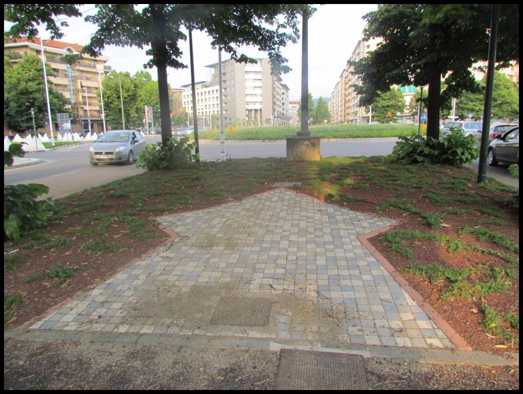 Piazza Marmolada, la ciclabile è una gimkana