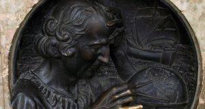 Il dito di Colombo: il portafortuna di Piazza Castello