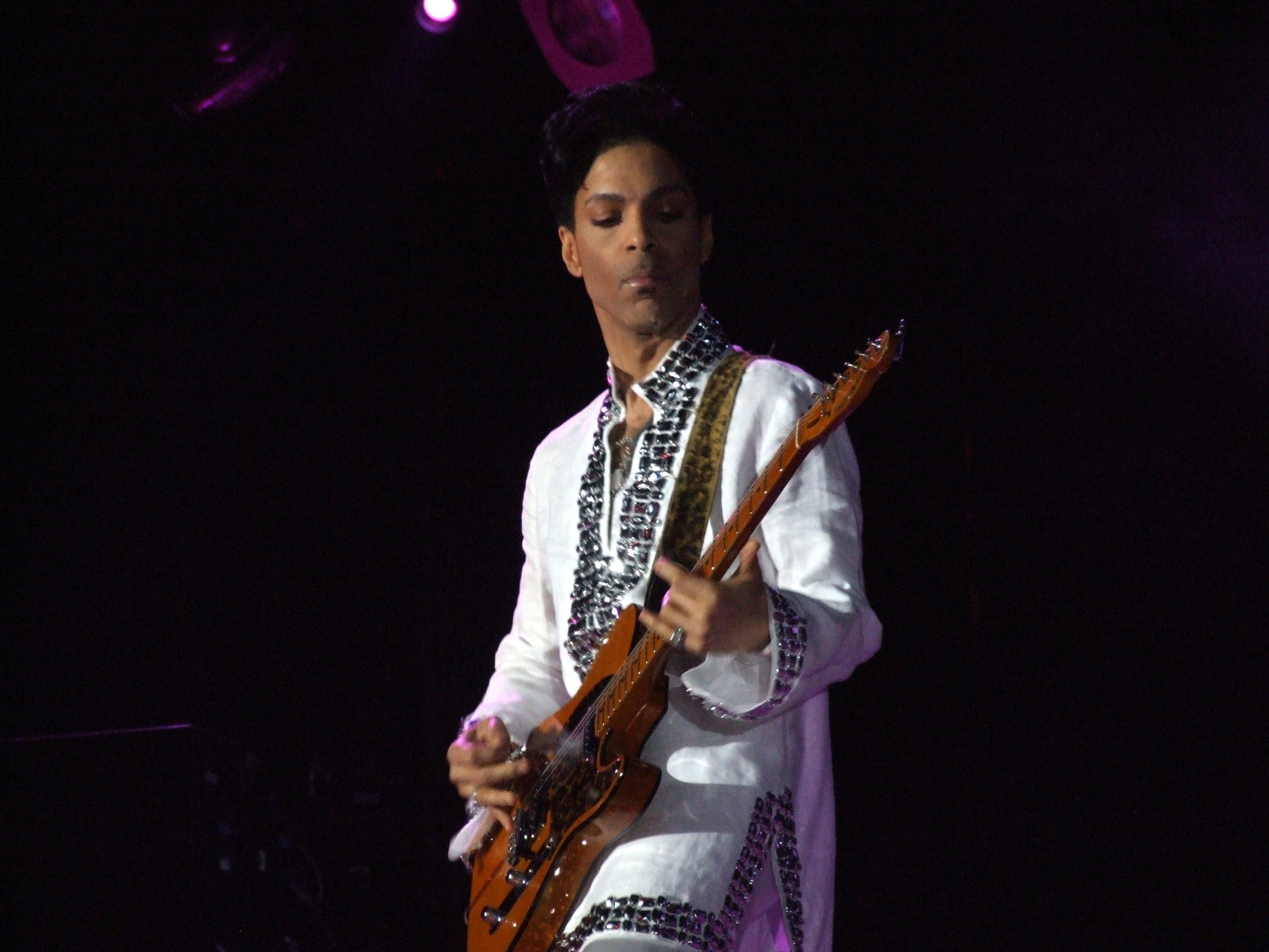 Prince: è bufera a un anno dalla morte. Le canzoni da ricordare