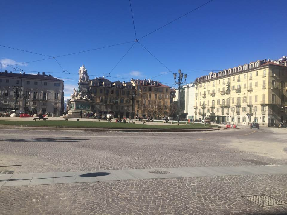 Torino, piazza Carlina ha un nuovo look con l'aiuola verde e le panchine