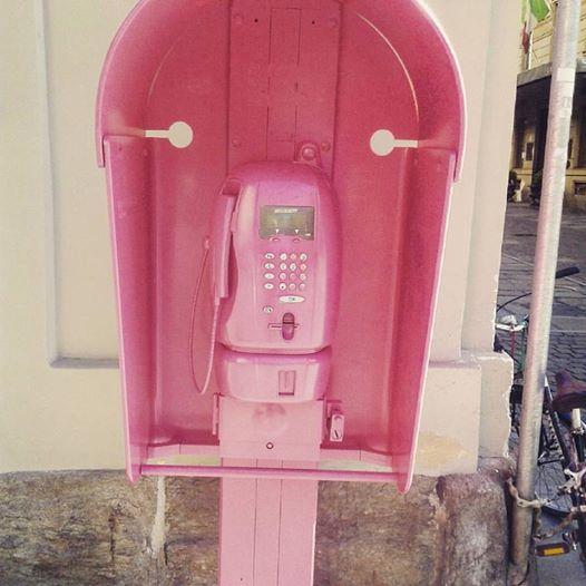 Torino, una cabina telefonica rosa in centro: i curiosi si chiedono il motivo