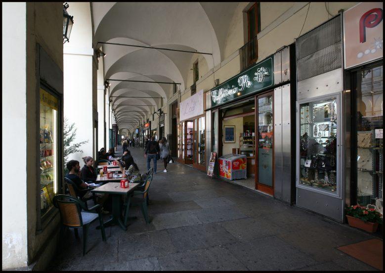 Torino, via Po si attrezza per i cani: ciotole e crocchette fuori dai negozi