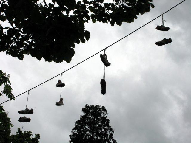 Scarpe volanti a Torino: lo shoefiti, la moda sbarcata dagli Stati Uniti
