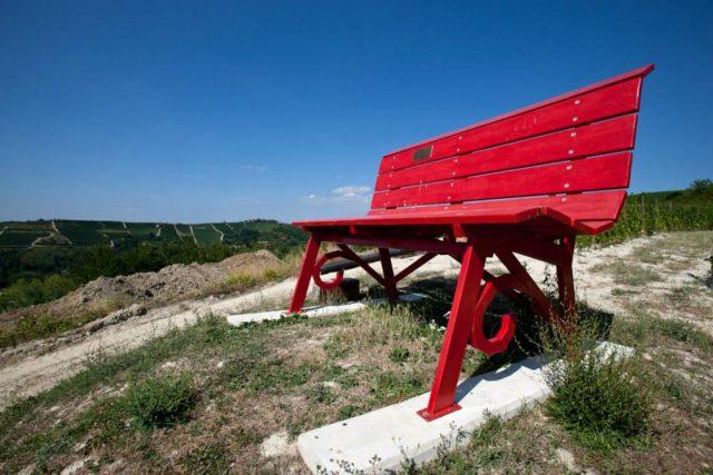 Panchine giganti nelle Langhe: percorso alternativo per visitare le Langhe